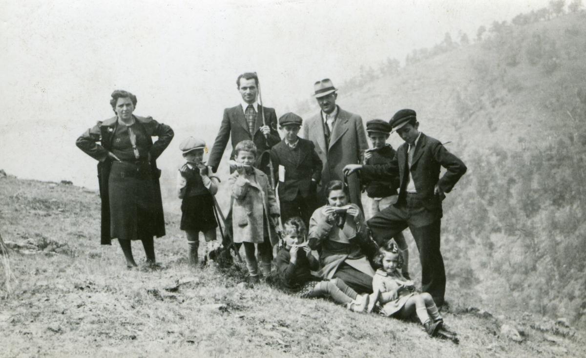 Olivera Pavlović, Divčibare, avgust 1939, jedu lubenicu.