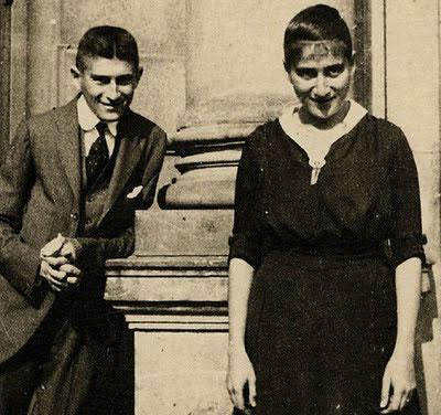 Kafka sa sestrom Ottilie u blizini svoje kuće u Pragu